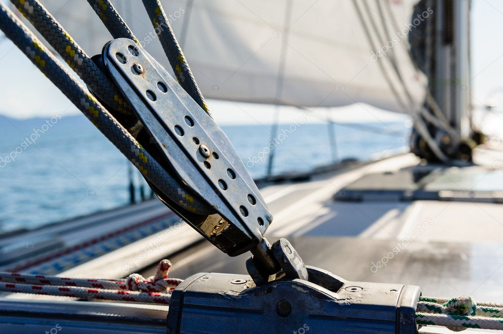 Sailing yacht rigging equipment: main sheet traveller block