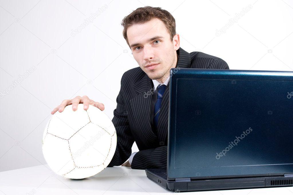 Сексуальный мужчина с мячом