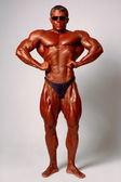 modello maschio muscoloso in posa in studio