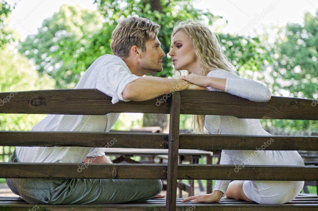 непрофессиональные фото на лавочке целуется пара ночью чем плохи