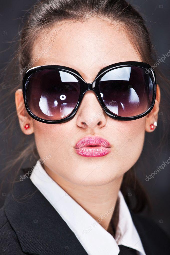 Девушки брюнетки фото большие очки