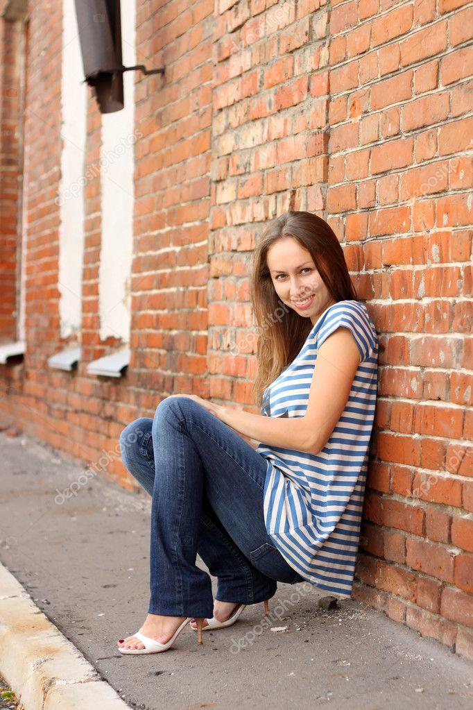 Фото девушек в майках у стены фото 772-411