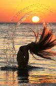 Dívka mořská panna přijde z vody na pokles