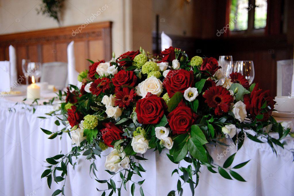 Rote Rosen Dekorieren Hochzeit Tisch Stockfoto C Kmwphotography