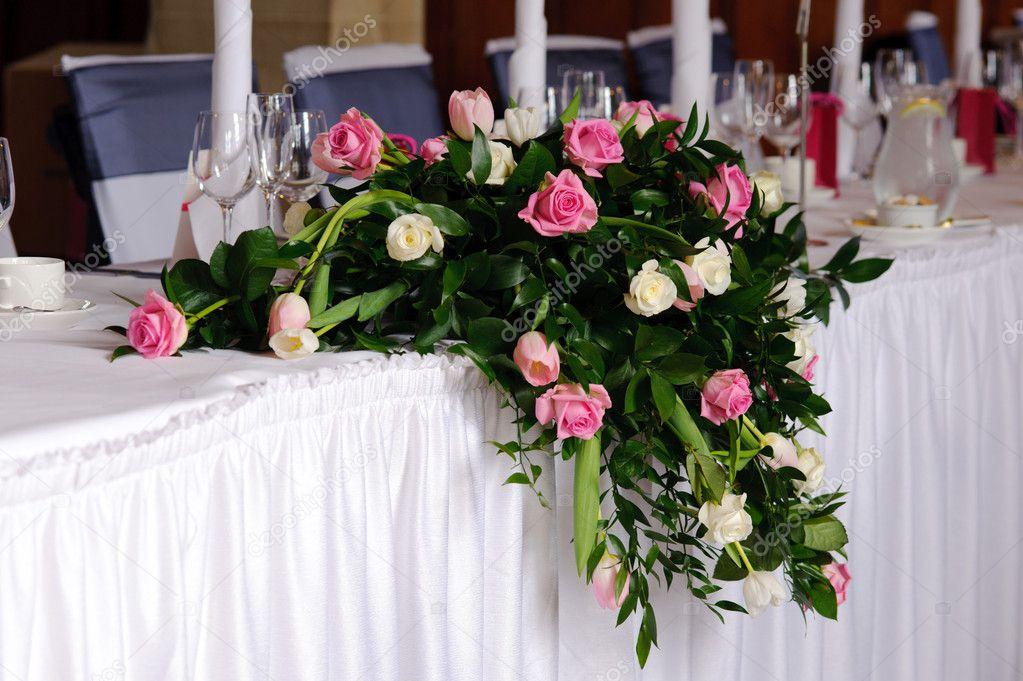 Fleurs de mariage sur la table d 39 honneur photo 7982270 - Fleurs table mariage ...
