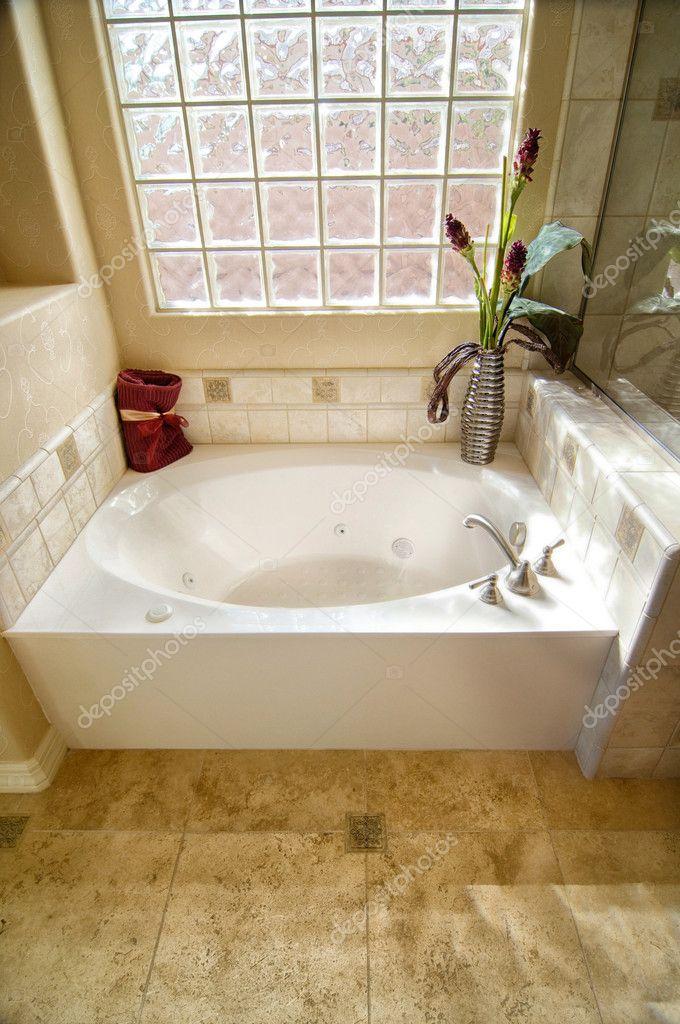 bagno con vasca e vetro muro di mattoni immagini stock