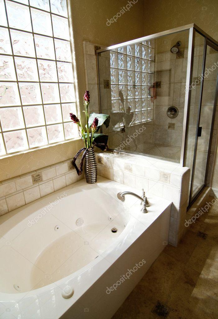 Iets Nieuws badkamer met douche en bad — Stockfoto © paulmhill #8511492 #PD75