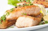 rybí pokrm - grilovaný losos se zeleninou