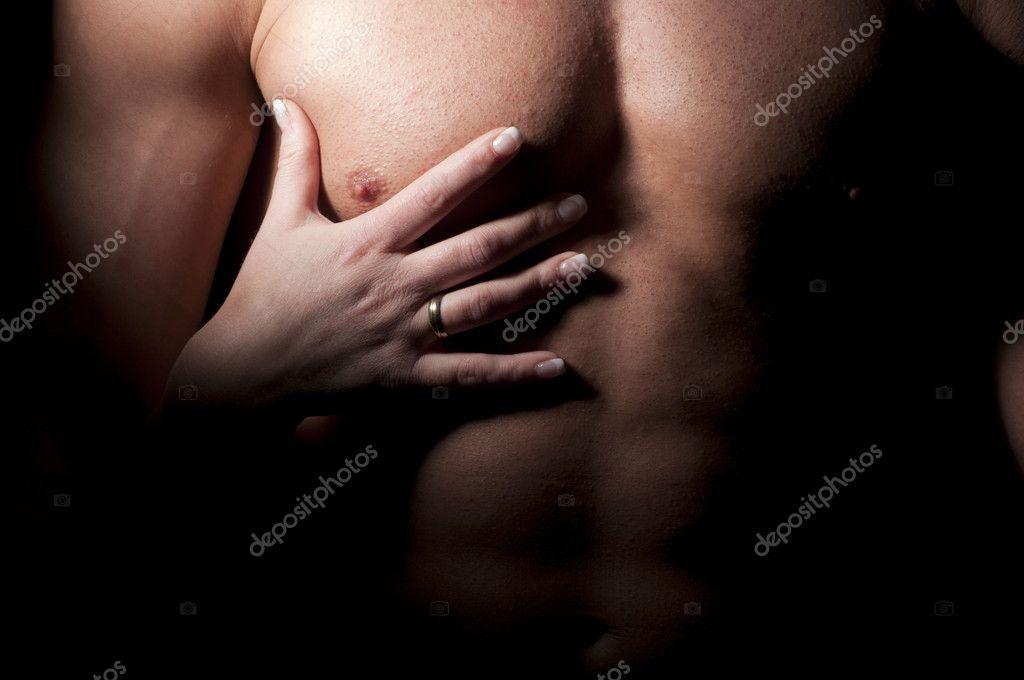 mujer mano sobre el pecho del hombre musculoso — Foto de stock ...