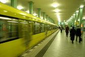 podél nástupiště stanice metra