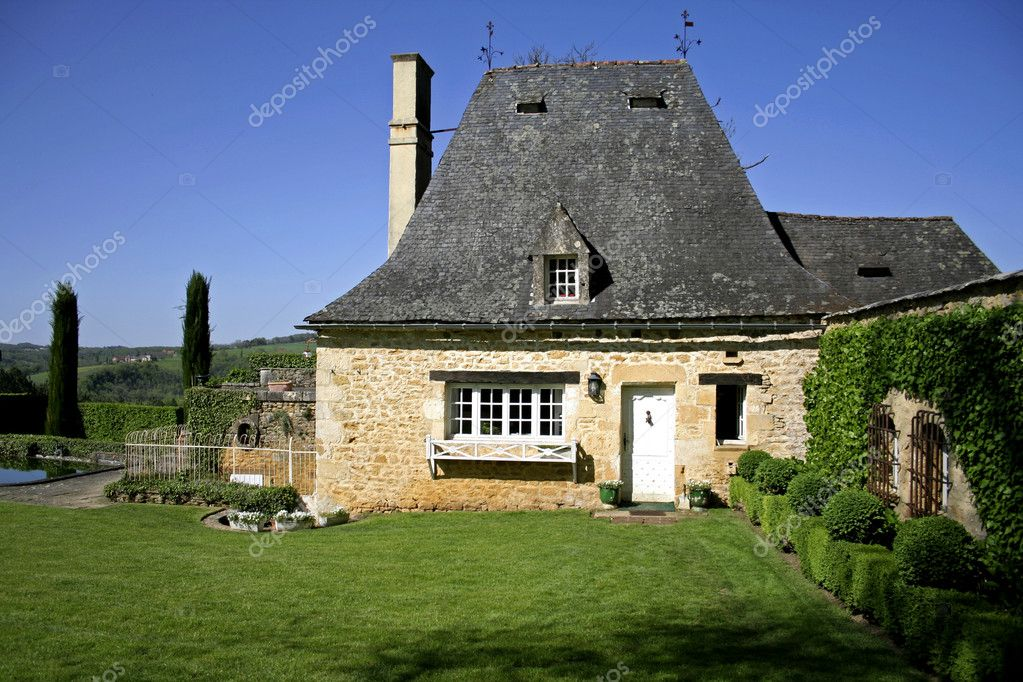 Oud gerenoveerd stenen huis en tuin u redactionele stockfoto