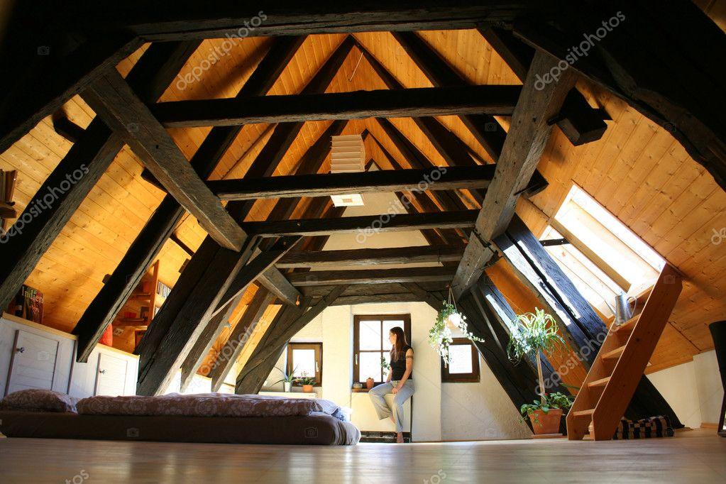 Kamer onder het dak met donker houten balken u stockfoto