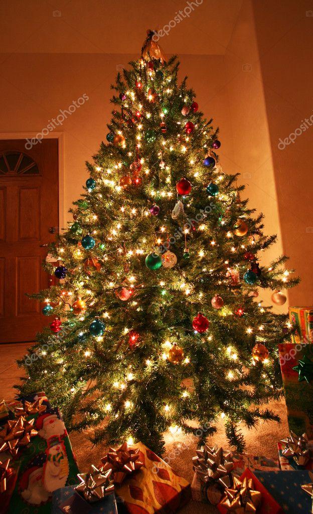 ein Weihnachtsbaum und Geschenke am Weihnachtsabend — Stockfoto ...