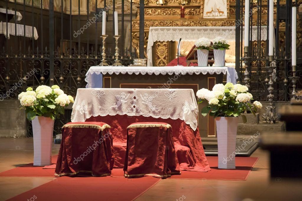 Kirche Mit Blumen Fur Eine Hochzeit Stockfoto C Marcovarro 8045475