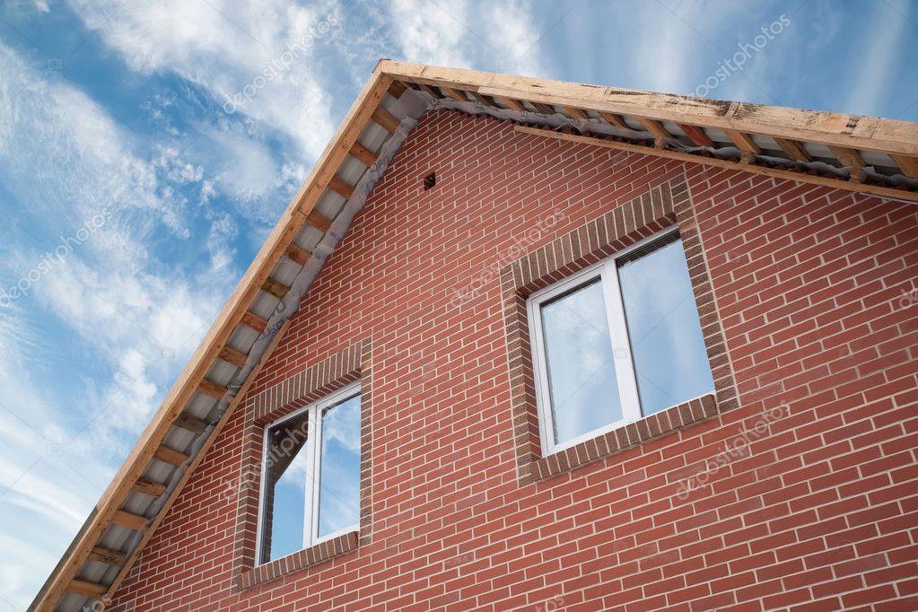 Detalle de la fachada de una casa de ladrillo con un techo for Fachada de ladrillo