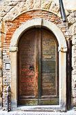 Fotografia porta in legno vecchio con slot lettera in Italia