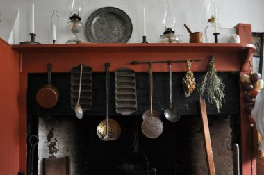 Early american kitchen mantle and hearth