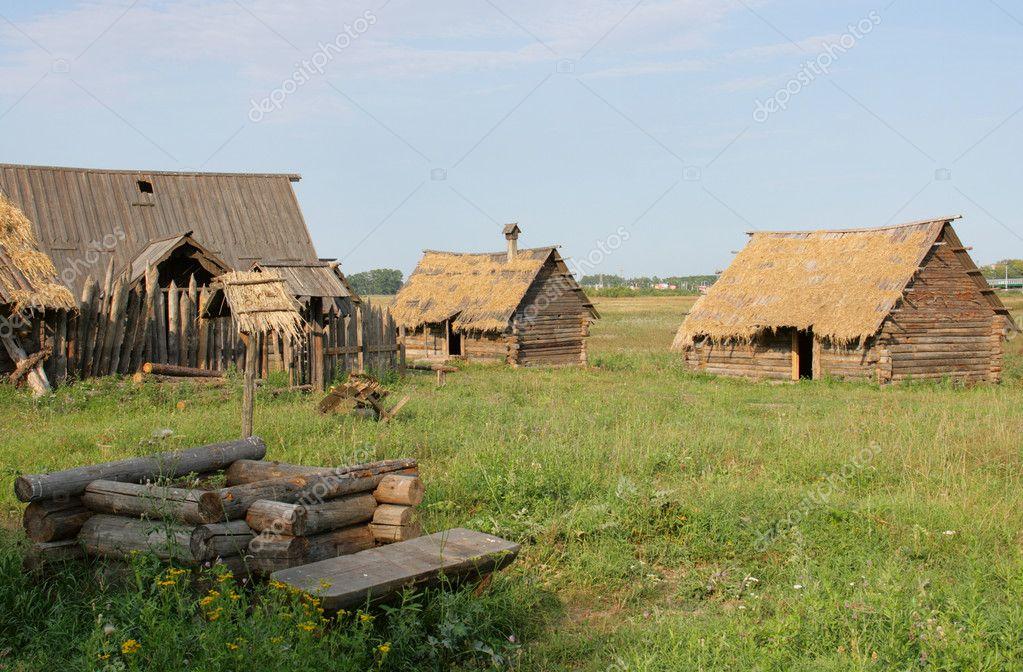 Casas Antiguas Con Pozo En Campo Foto De Stock