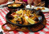 Fotografia paella spagnola in padella