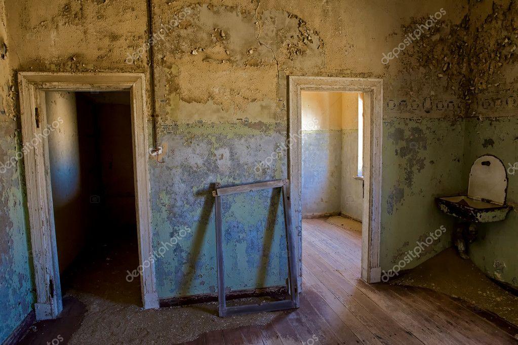 Interieur van een oud huis in kolmanskop de spookstad namibië