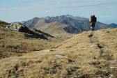 solitario uomo trekking nelle montagne rodnei, romania
