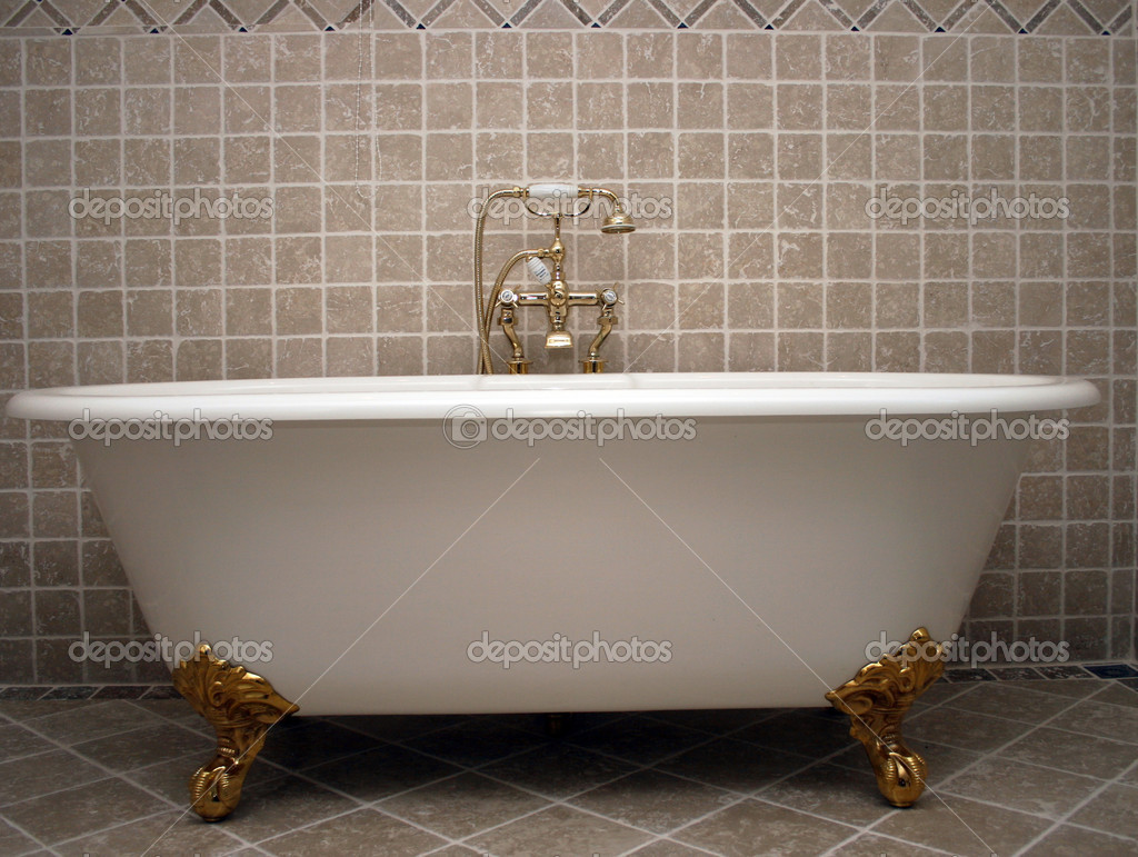 Alte Badewanne alte badewanne mit goldenen wasserhähnen stockfoto just4you 8466394