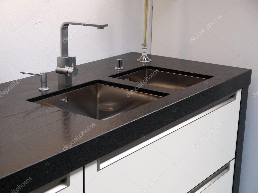 Détails de la cuisine moderne evier avec robinet — Photographie ...