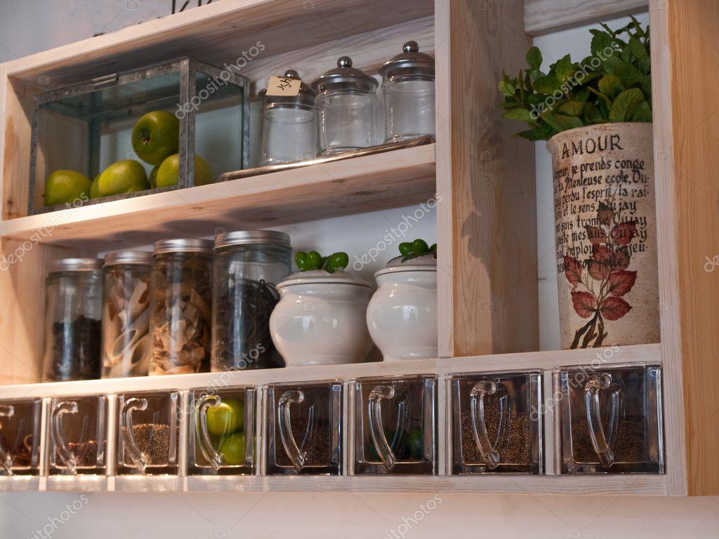 Schone Klassische Kuche Regale Und Gewurze Rack Stockfoto