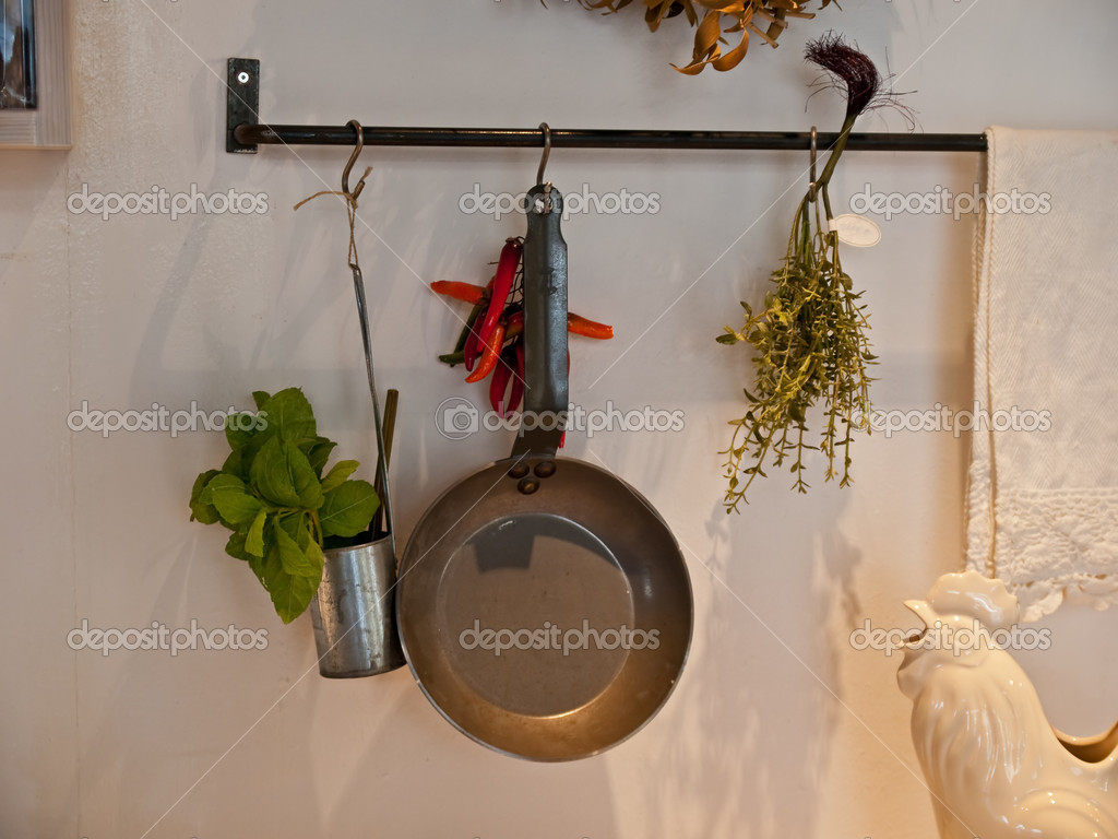 Keuken decoratie met hangende potten en pannen u stockfoto