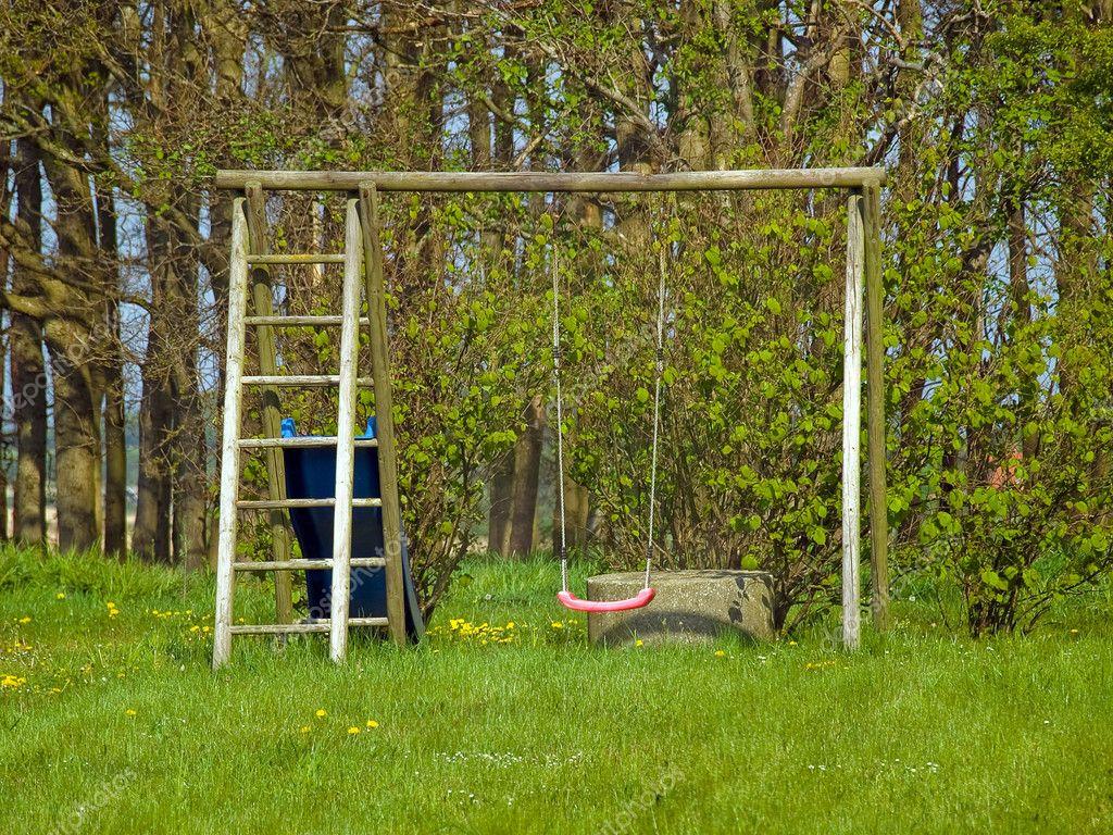 columpio jardín rojo — Fotos de Stock © ronyzmbow #9117456
