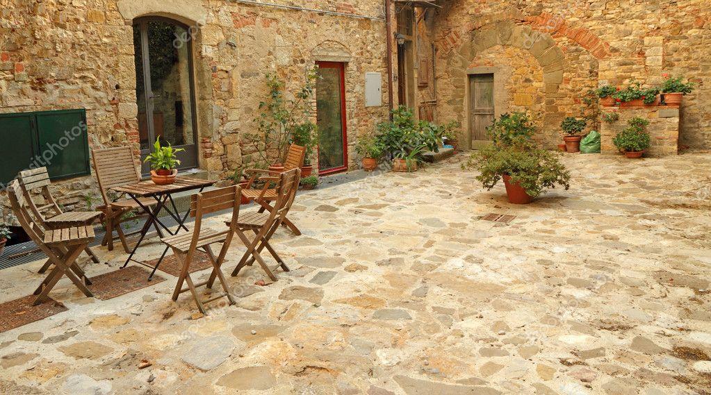 Gepflasterte Rustikale Terrasse in der Toskana — Stockfoto