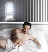 Fotografia modello maschile nella camera da letto