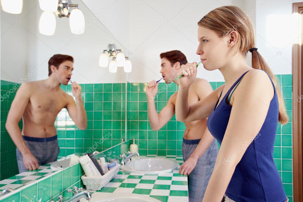 жена утром в ванне