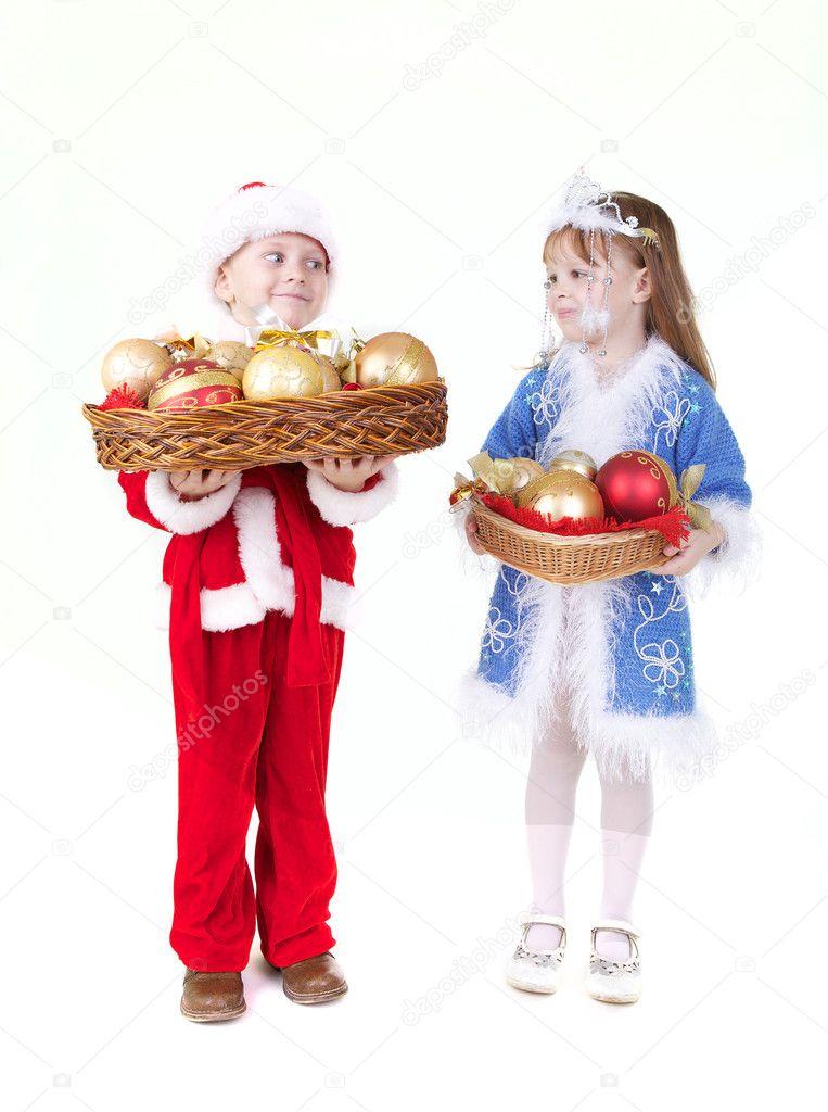 Kis lány és egy fiú karácsonyi ruha játékok — Stock Fotó ... 5da5b6878c