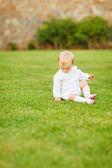 dítě sedí na trávě