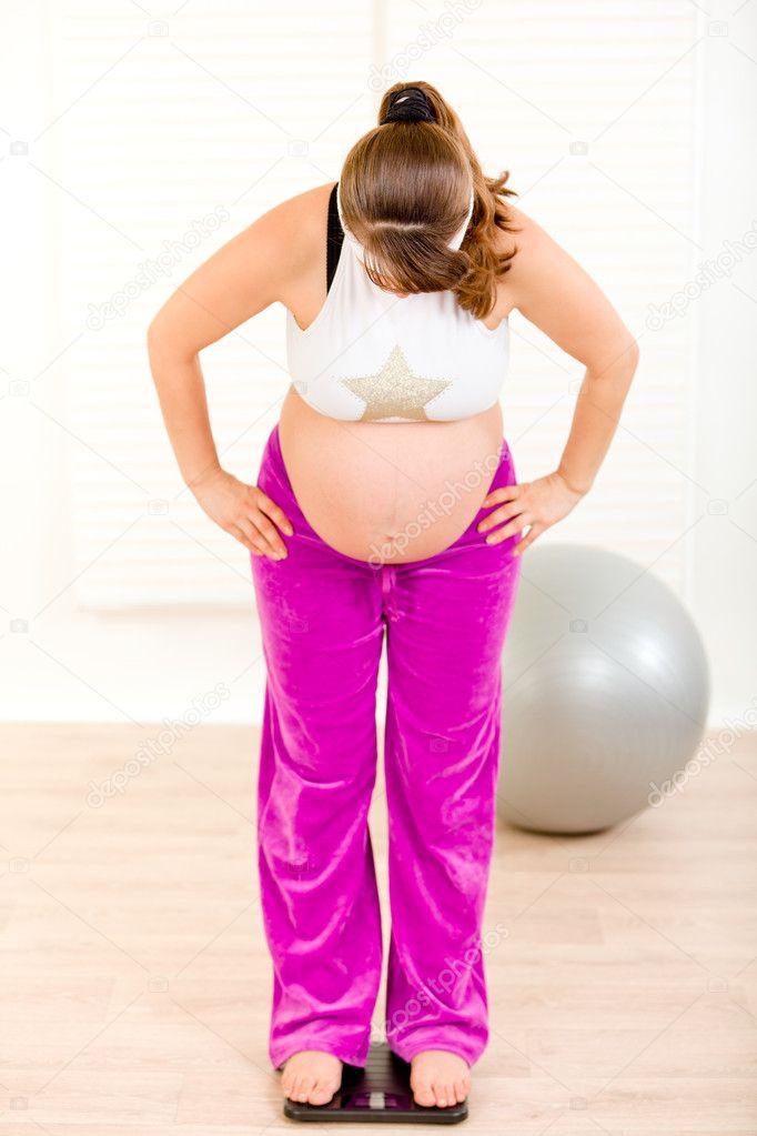 Schwangere Frau Stehend Auf Der Waage Zu Hause Stockfoto 8656596