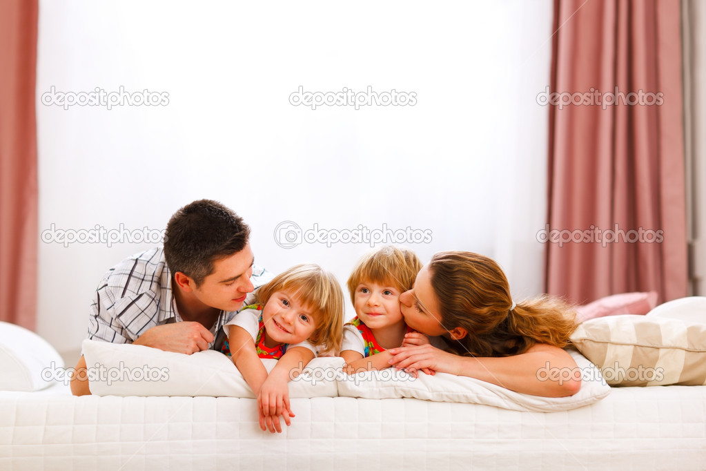 portrait de famille de maman papa jumeaux filles et sur le lit photographie citalliance 8657866. Black Bedroom Furniture Sets. Home Design Ideas