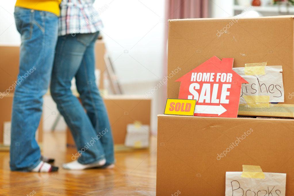 Ev Satışı Işareti Ve Arka Planda Sarılma Genç Bir çift Için Stok