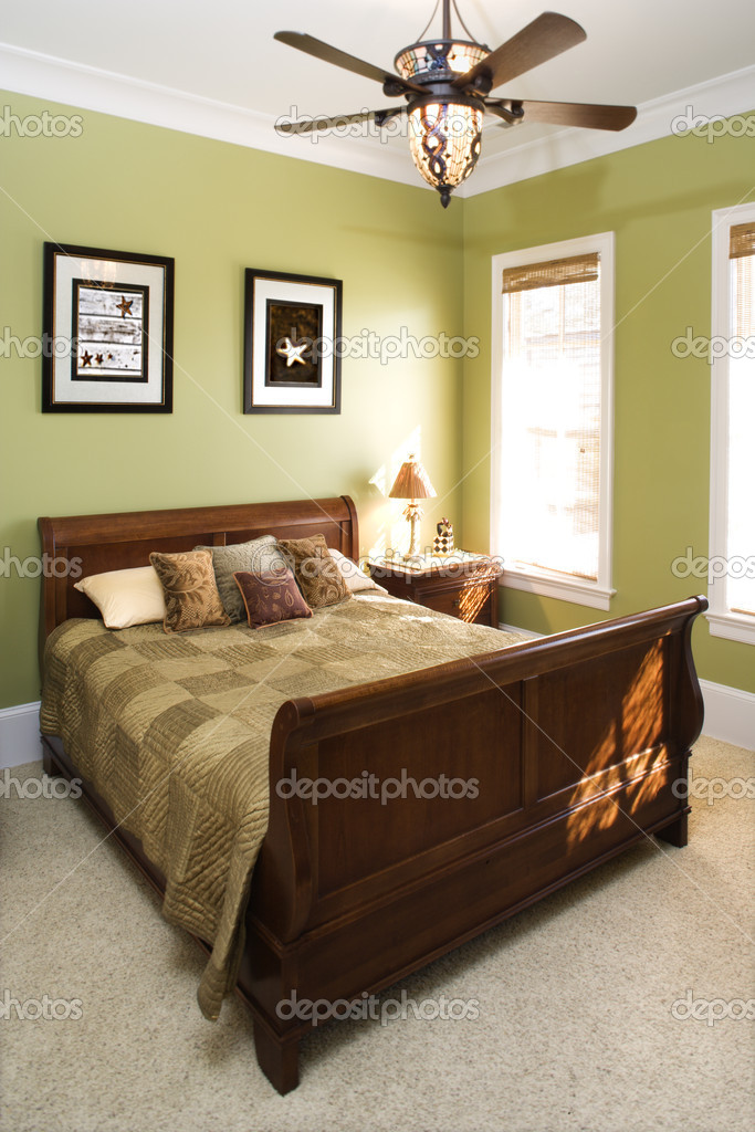 groene slaapkamer met plafondventilator — Stockfoto © iofoto #9363829
