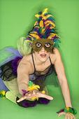 žena v kroji mardi gras