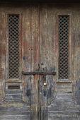 vnější opotřebované dveře.