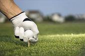 golfista uvedení tee a míč