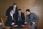 Podnikatelé se shromáždili kolem laptop