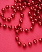 červený náhrdelník.