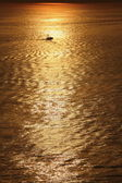 Photo A fishing boat in golden sunset