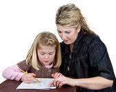 učitel nebo maminka pomáhá dívka s její domácí úkoly