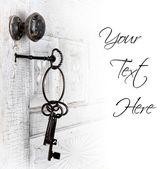 starožitné dveře s klíče v zámku