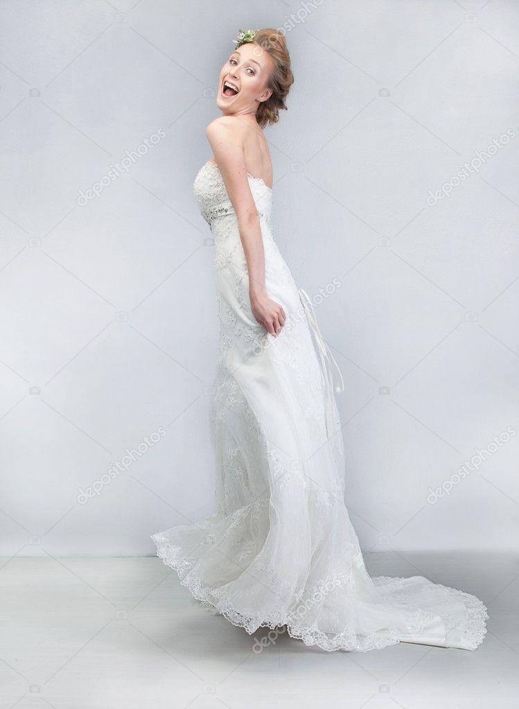 4856259e33 Taniec wesoły panny młodej w sukni ślubnej długi biały — Zdjęcie stockowe