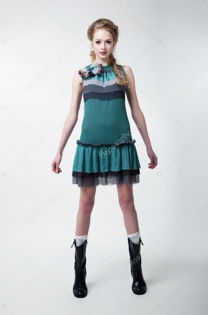 schöne junge Mode Model weiblich in modernen Kleid ansehen ...