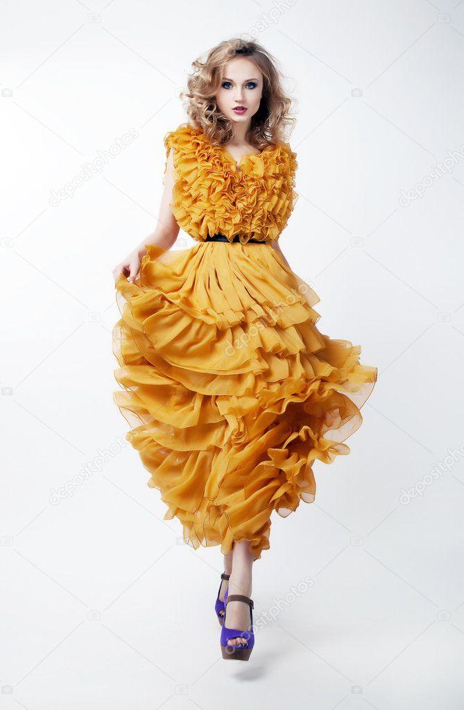 Très bien mannequin femme belle blonde en robe jaune posant — Photographie @UB_58